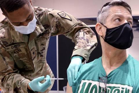 Pat McKeever, de 53 años, que es piloto de Southwest Airlines, recibe la vacuna contra COVID-1 ...