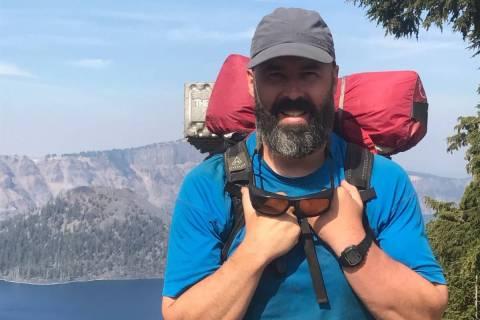Thomas Driscoll, de 57 años, posa mientras hace senderismo en una foto sin fecha. Driscoll, qu ...