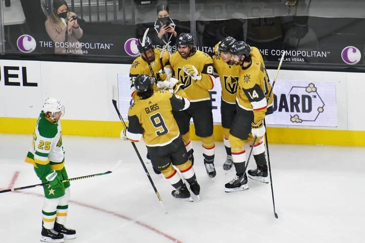 Los jugadores de Vegas Golden Knights celebran el primer gol del juego contra Minnesota Wild, e ...