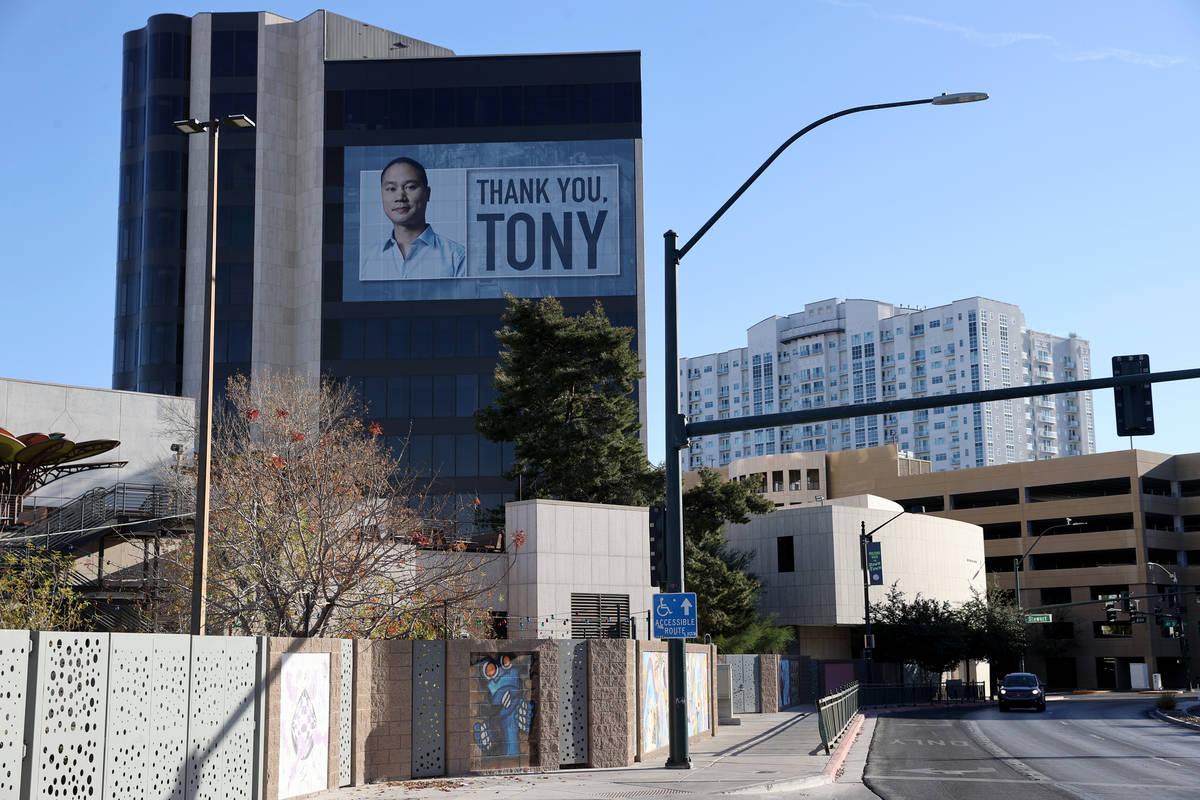 Uno de los carteles alrededor del edificio de la sede de Zappos en el centro de Las Vegas el ma ...