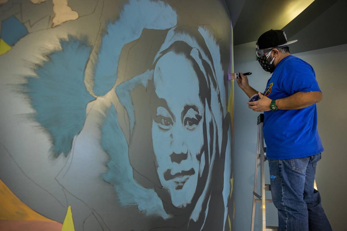 El artista Miguel Hernández pinta un mural en memoria de Tony Hsieh en el vestíbulo de ART HO ...