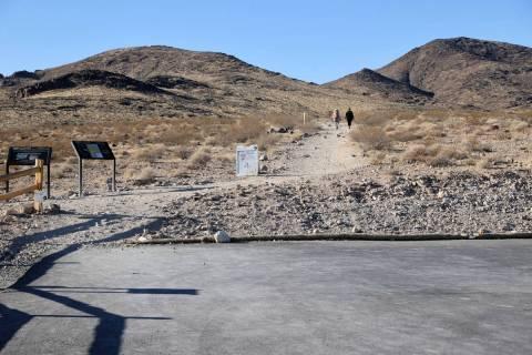 Excursionistas se dirigen al Petroglyph Trail desde el inicio del sendero en el estacionamiento ...
