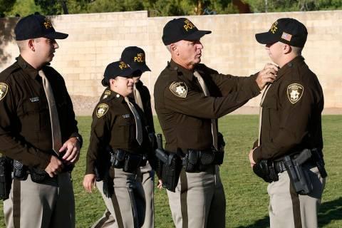 En esta foto de archivo, Gerritt Barendregt ayuda a ajustar su uniforme a Brady Cook, mientras ...
