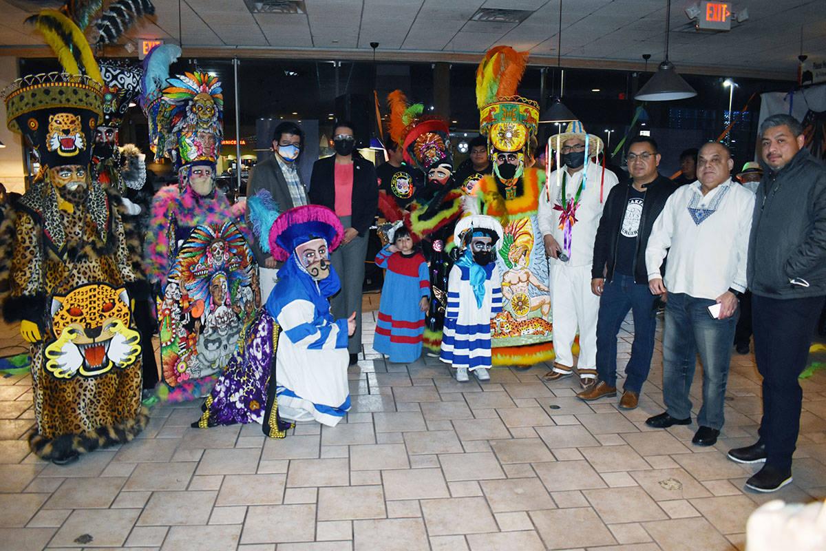 "El grupo Orgullo Purépecha de Corazón, se presentó en Las Vegas, junto a Humberto ""El Viaj ..."
