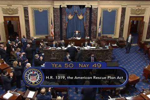 En esta imagen de un video, el total de votos de 50 a 49 en la aprobación del Senado del proye ...