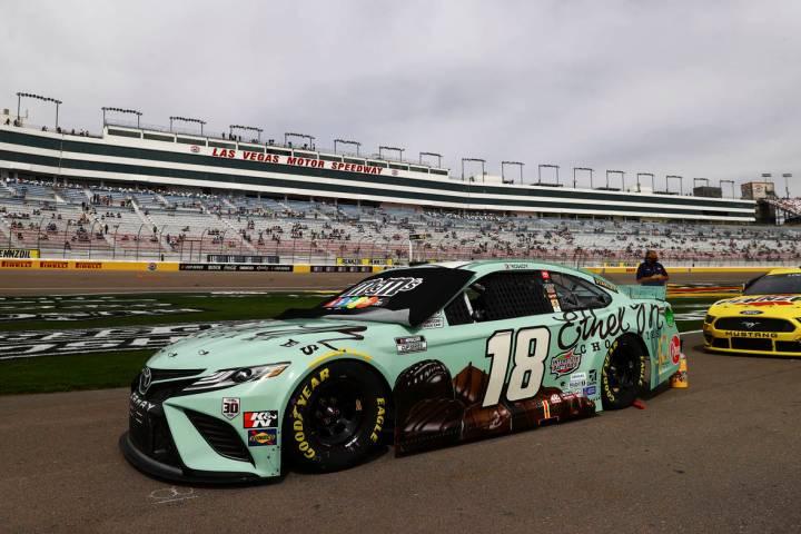 El auto de Kyle Busch se ve en el pit road antes de la carrera automovilística Pennzoil 400 de ...