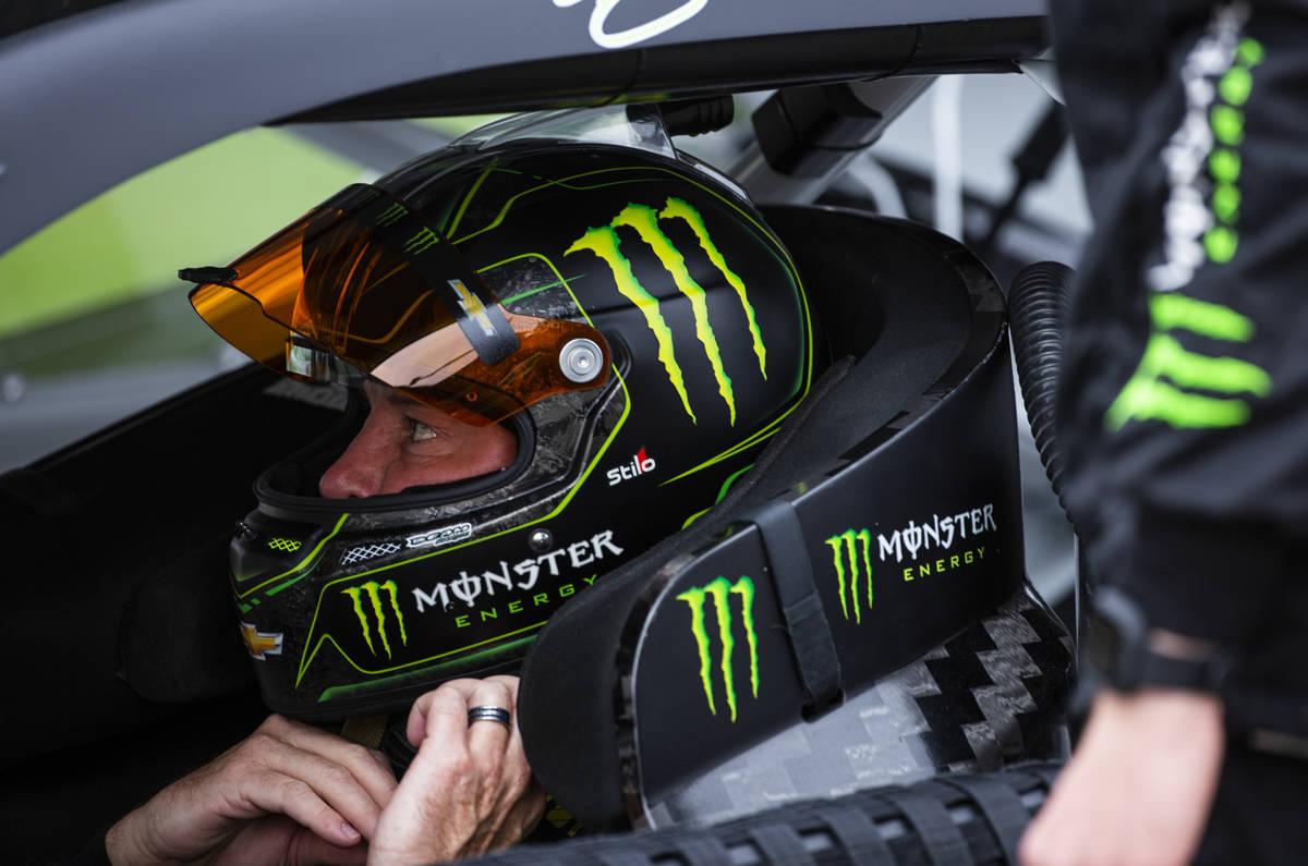 Kurt Busch se pone su casco antes de la carrera Pennzoil 400 de la NASCAR Cup Series en Las Veg ...