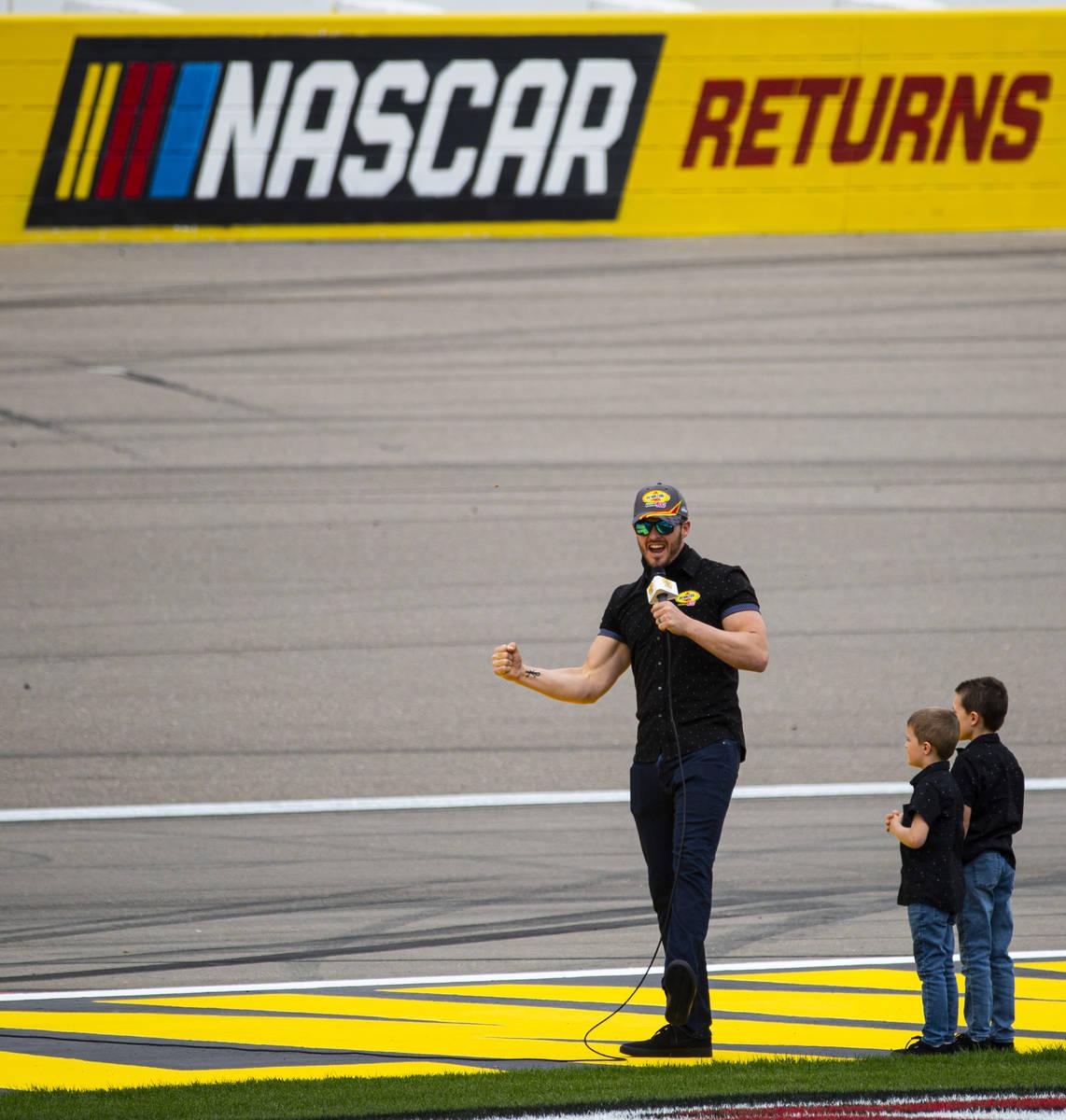 El QB de los Raiders, Derek Carr, manda a los conductores a encender sus motores al inicio de l ...