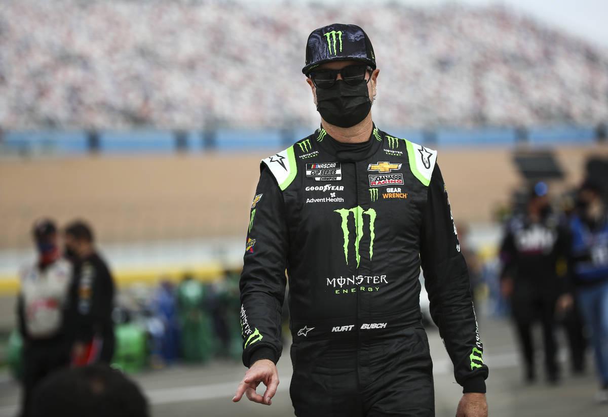 Kyle Busch camina hacia su auto antes de la carrera Pennzoil 400 de la NASCAR Cup Series en Las ...