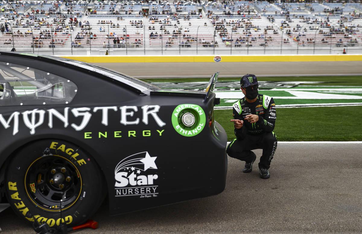 Kyle Busch posa frente a su auto antes de la carrera Pennzoil 400 de la NASCAR Cup Series en La ...