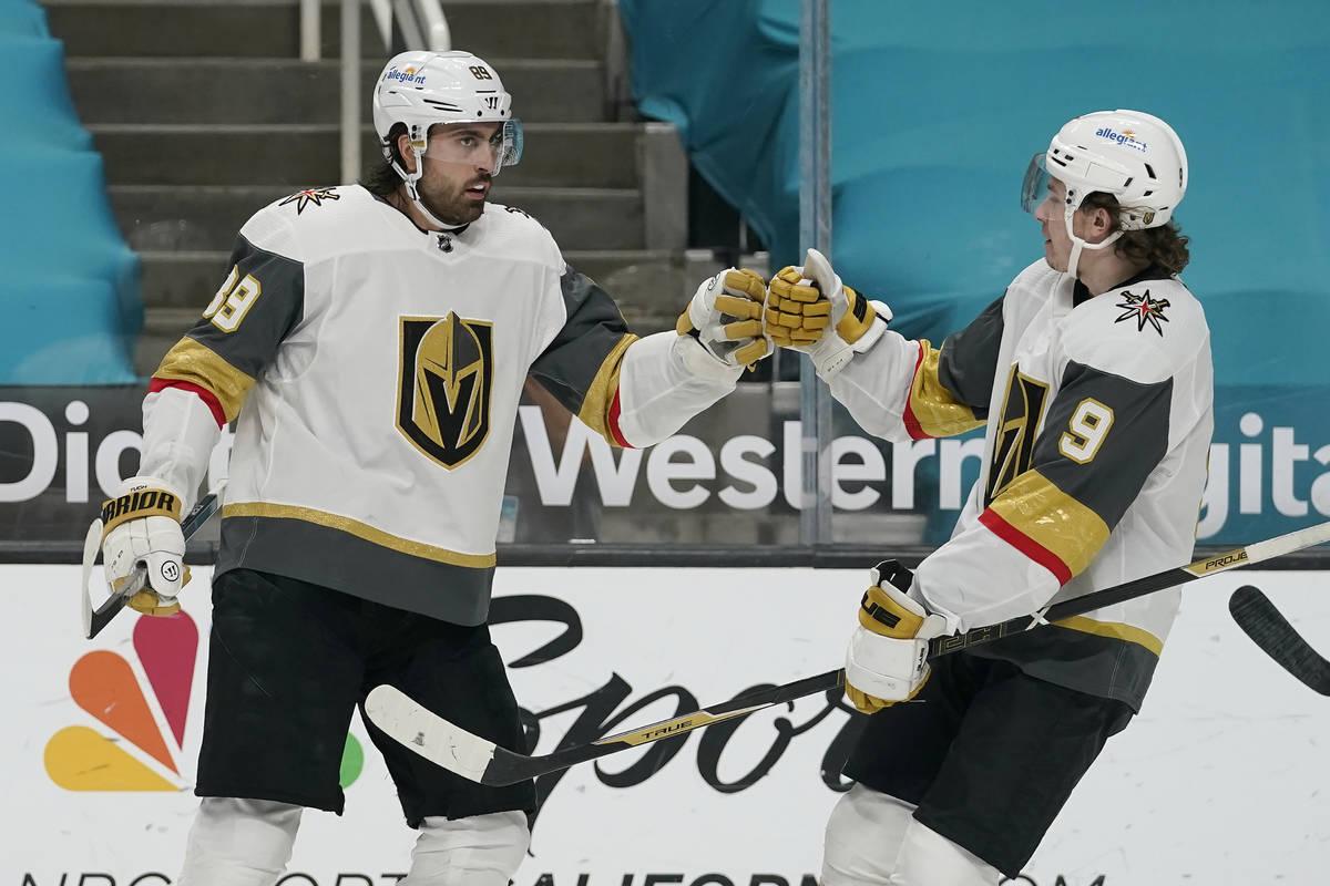 El alero derecho de los Vegas Golden Knights, Alex Tuch, a la izquierda, es felicitado por el c ...