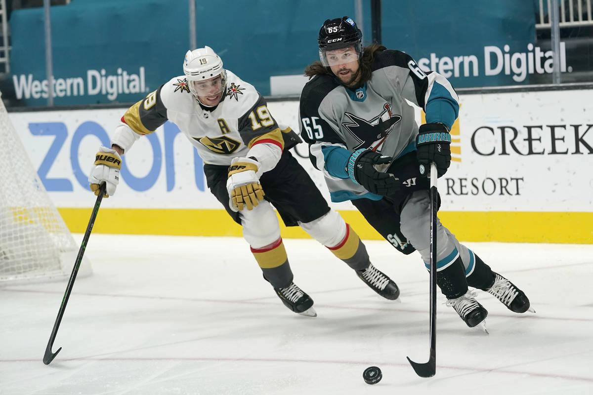 El defensa de los San José Sharks, Erik Karlsson, a la derecha, patina delante del alero derec ...