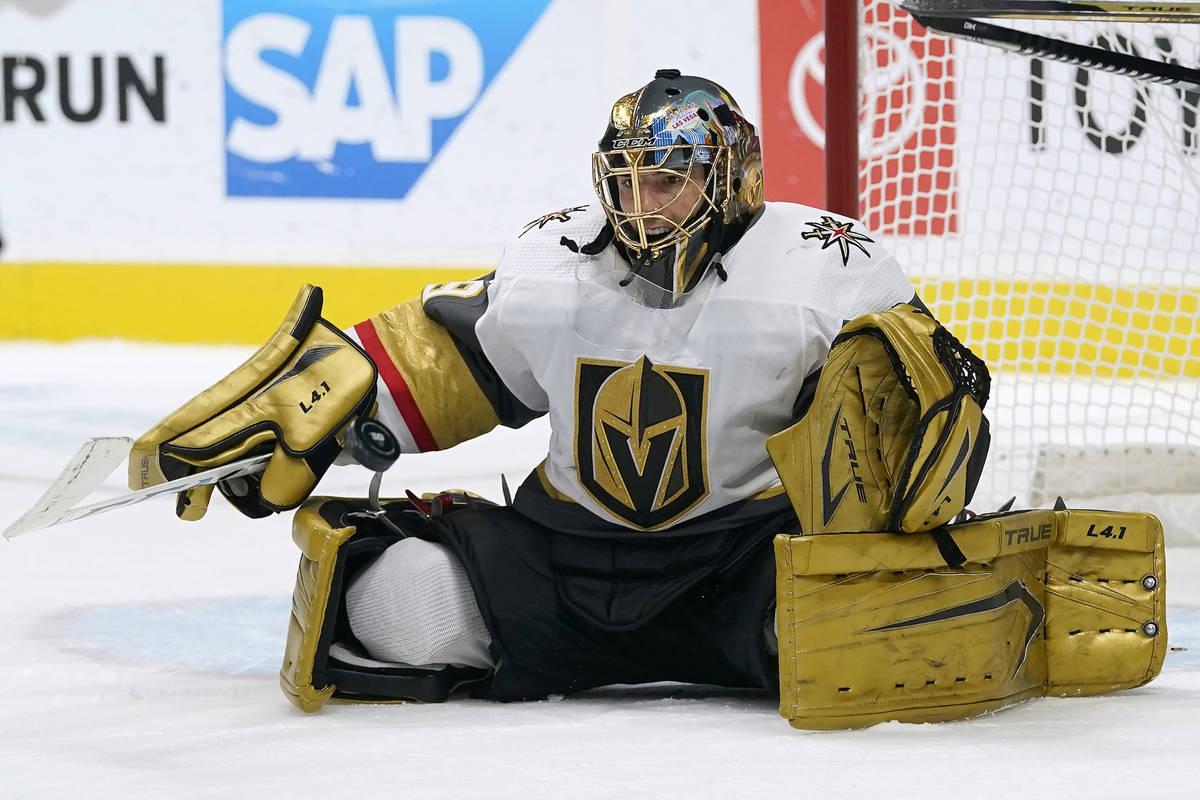 El portero de los Vegas Golden Knights, Marc-Andre Fleury, defiende un tiro de los San José Sh ...