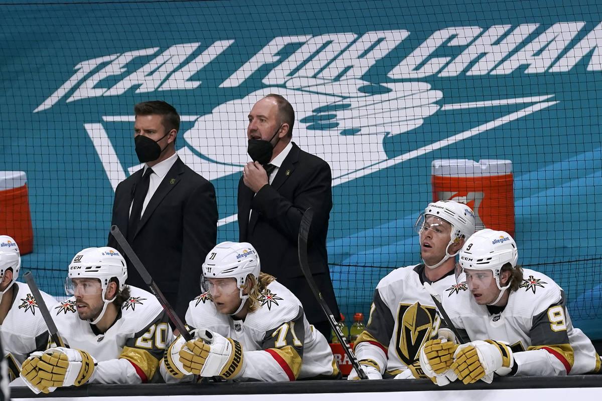 El entrenador de los Vegas Golden Knights, Peter DeBoer, arriba a la derecha, observa desde el ...