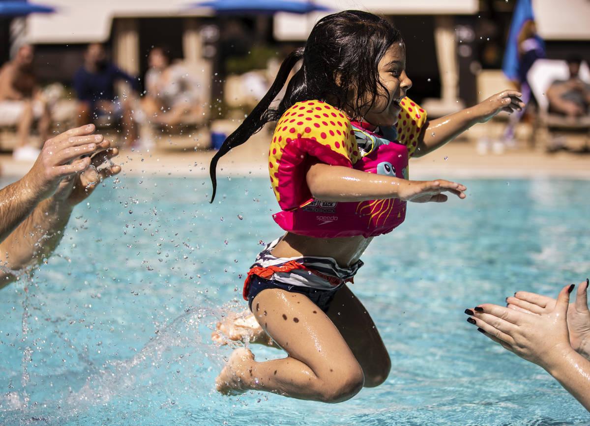 Tayla Swagger, de cuatro años, de Long Beach, California, salta a los brazos de su madre en la ...