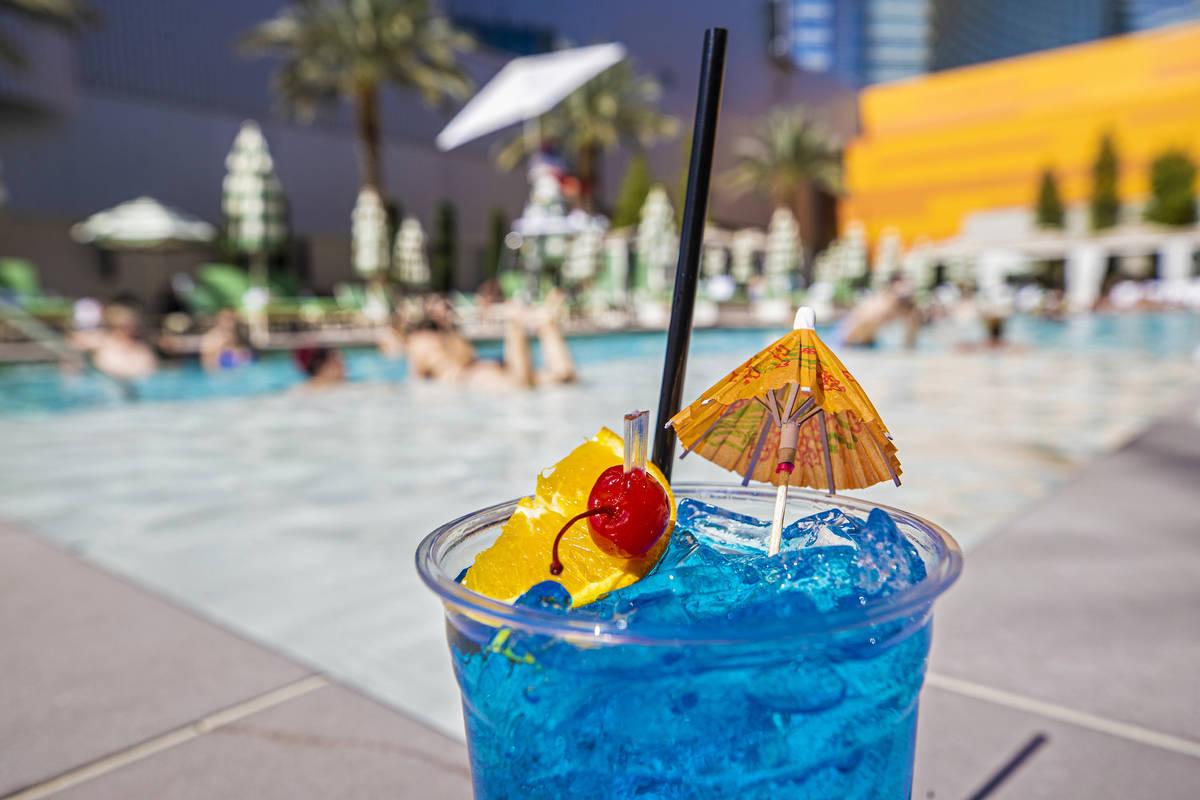 Té helado de frambuesa con Blue Curacao en la piscina de Park MGM el sábado, 6 de marzo de 20 ...