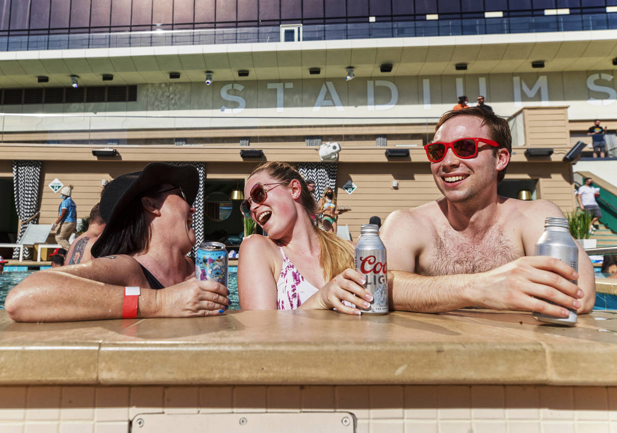Stacy Sheridan, a la izquierda, Katie Hatfield y Tom Rollag, de Minneapolis, Minnesota, disfrut ...