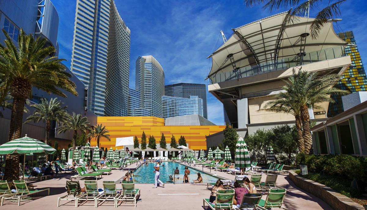 Invitados descansan en la piscina de Park MGM el sábado, 6 de marzo de 2021, en Las Vegas. (Be ...