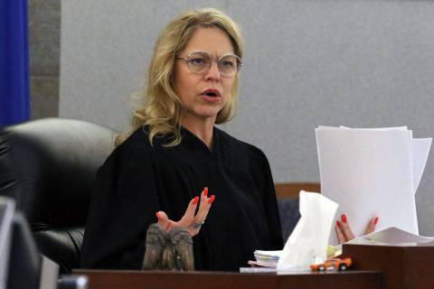 La jueza de paz Melanie Tobiasson preside durante la conclusión de una audiencia preliminar en ...