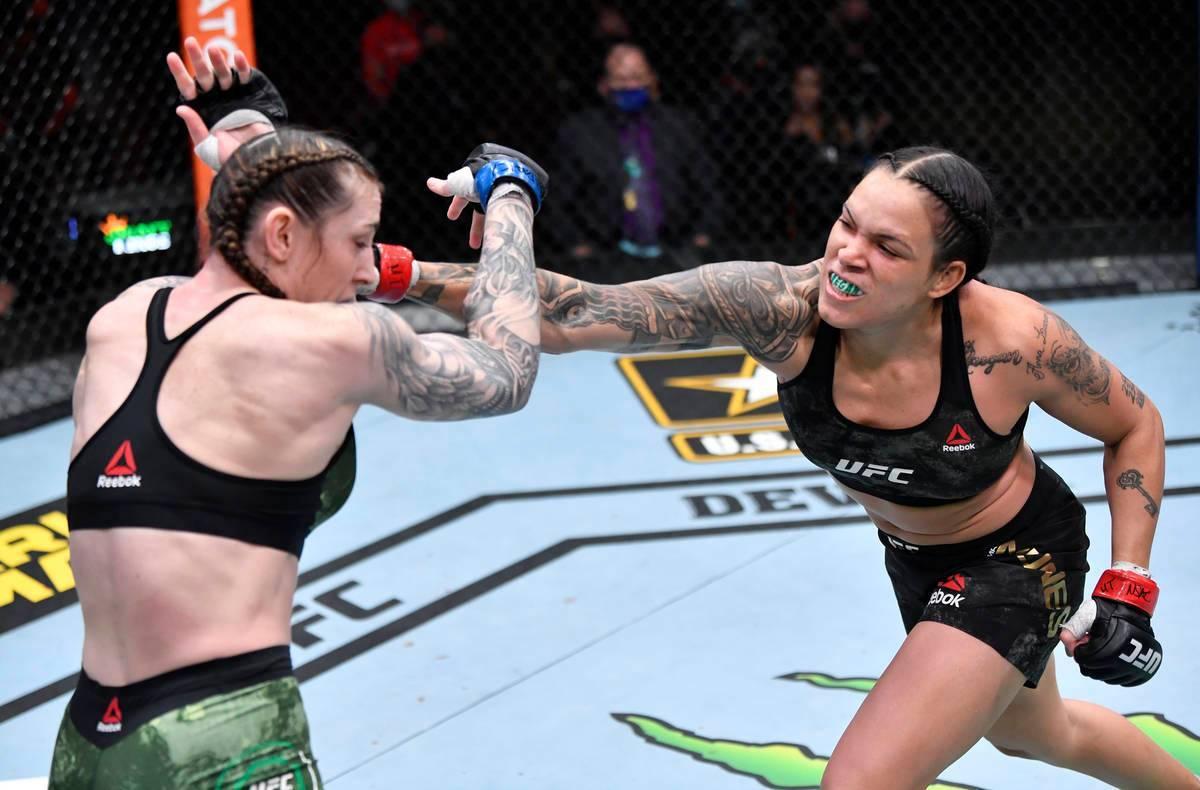 Amanda Nunes de Brasil golpea a Megan Anderson de Australia en su pelea por el campeonato de pe ...