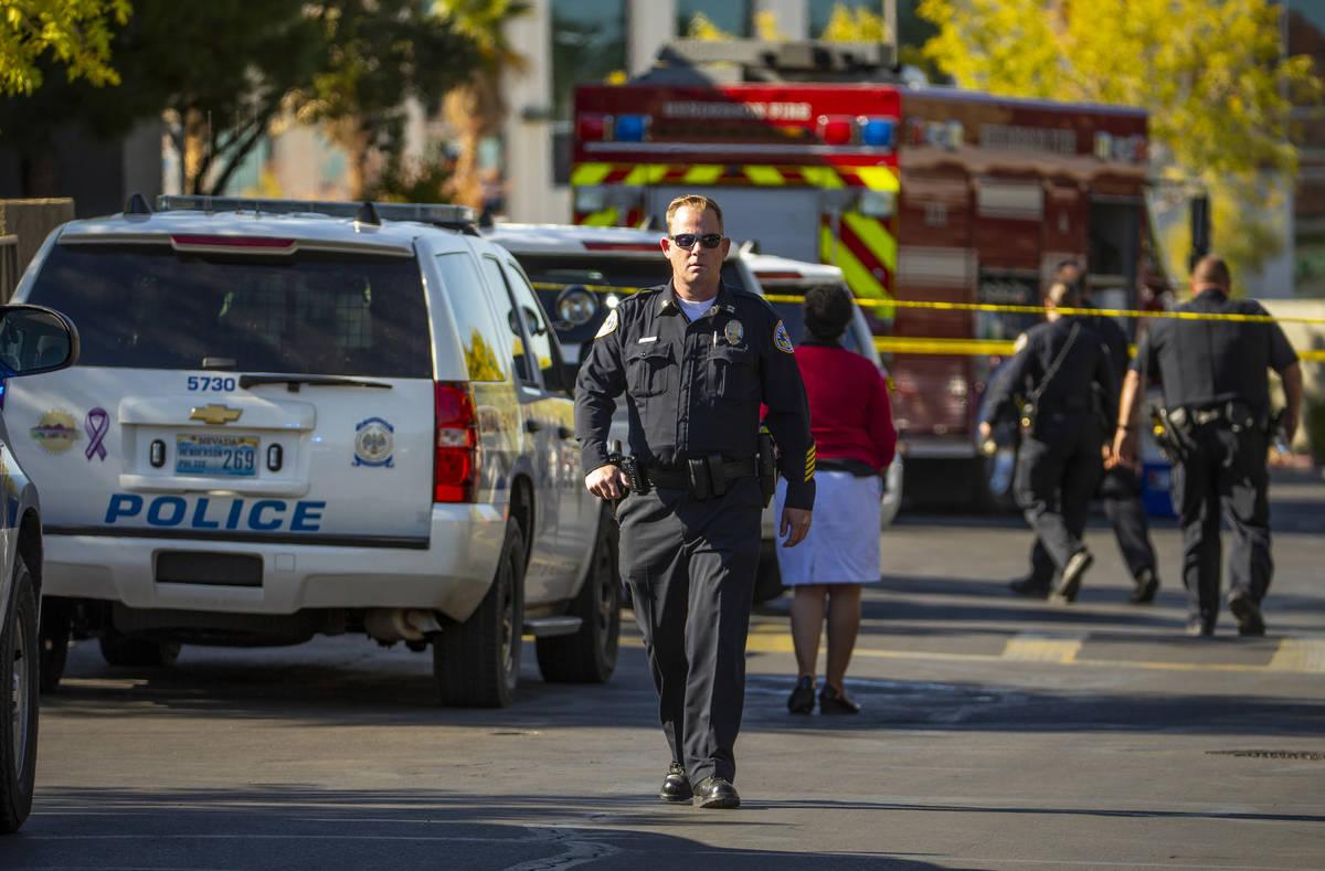 Oficiales trabajan en la escena de un tiroteo en The Equestrian en Eastern Apartments el lunes, ...