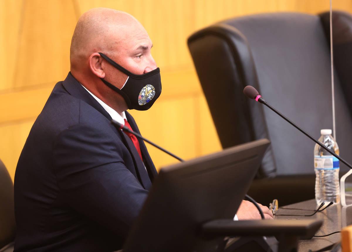 El detective Michael Condratovich testifica durante una revisión de los hechos en el Clark Cou ...