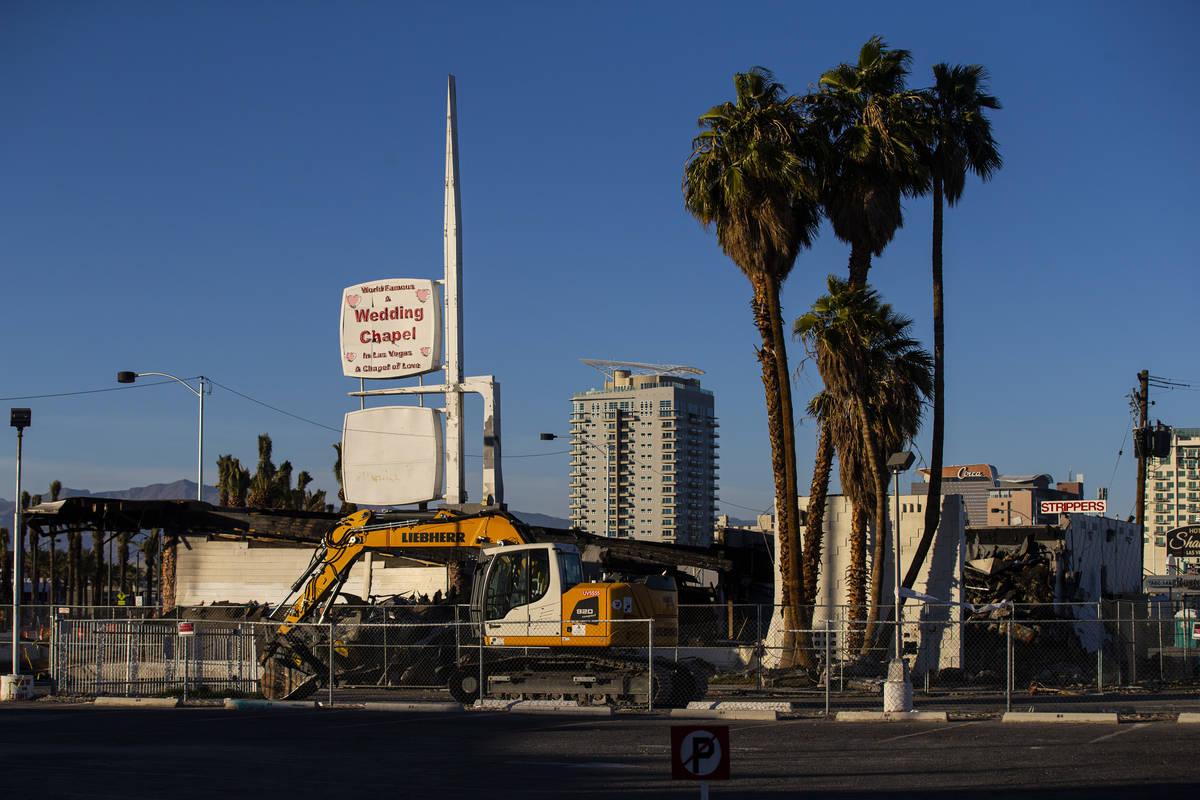 El escenario de una antigua capilla de bodas que se quemó en enero en el centro de Las Vegas e ...