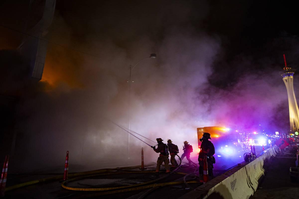 Bomberos de Las Vegas luchan contra las llamas que envuelven una capilla de bodas vacía en 143 ...