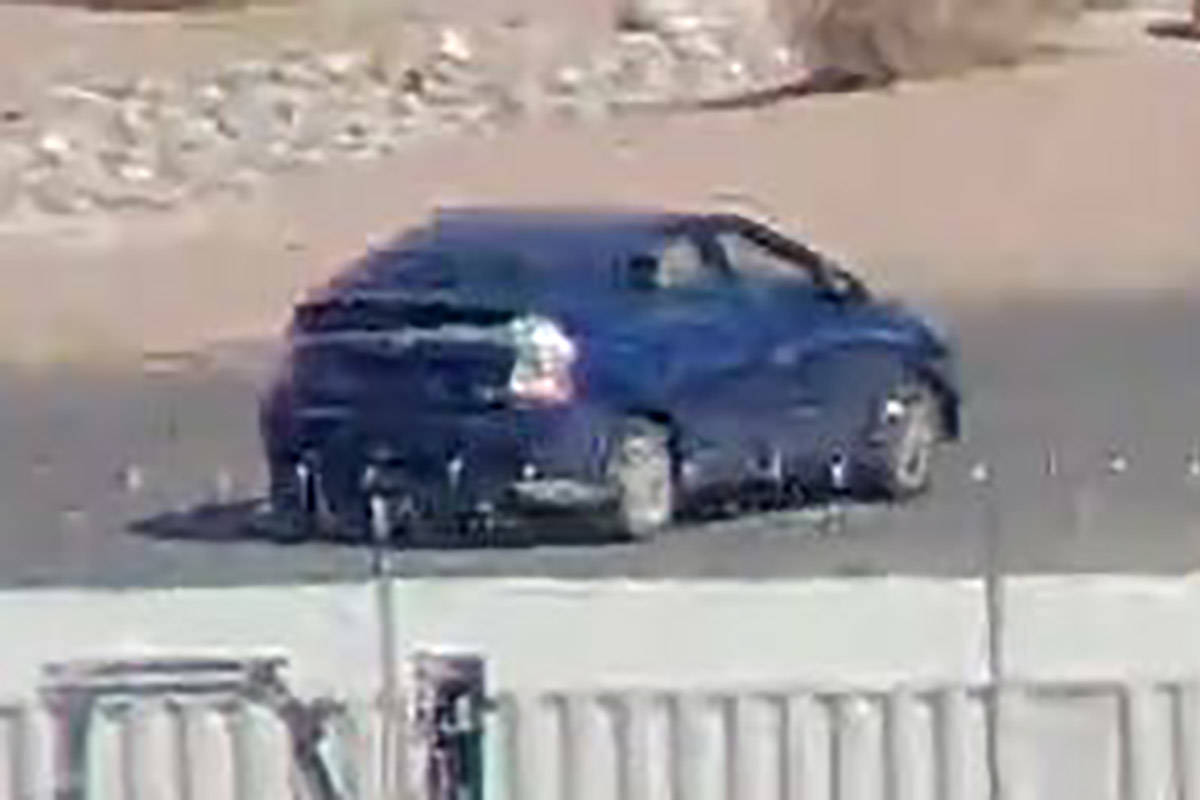 El vehículo de huida, un Prius, tenía cinta adhesiva gris a lo largo de la parte trasera del ...