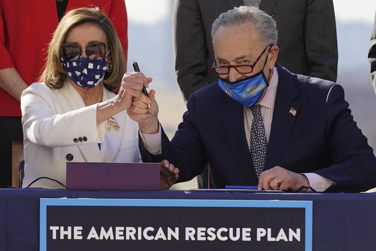 La presidenta de la Cámara de Representantes, Nancy Pelosi, y el líder de la mayoría del Sen ...