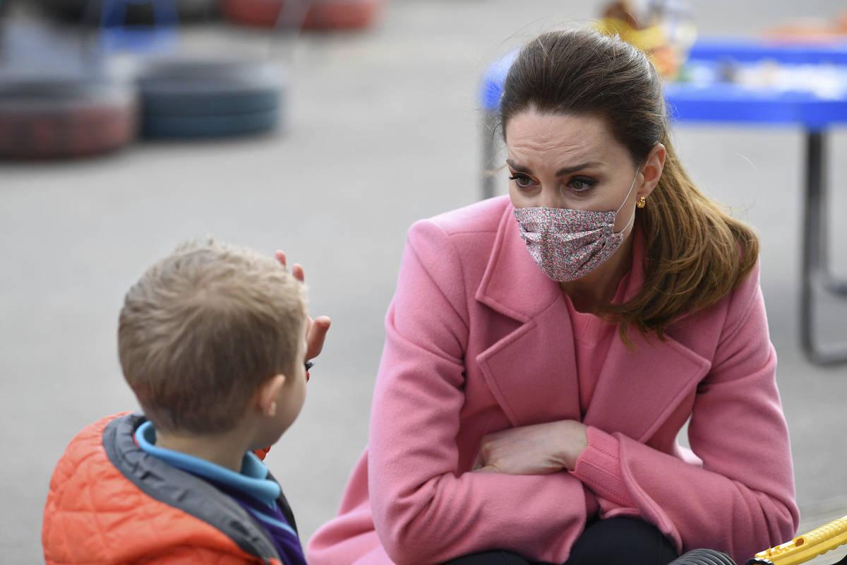 Kate, duquesa de Cambridge, observa cómo un niño levanta cinco dedos para indicar su edad dur ...