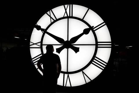 El técnico de Electric Time, Dan LaMoore, admira un reloj de mil libras y 12 pies de diámetro ...