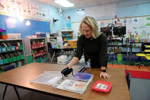 En esta foto de archivo, la maestra de kindergarten Suzy Huffer prepara su aula en la escuela p ...