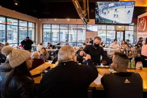 Andy Hooper, en el medio, propietario de El Luchador Mexican Kitchen + Cantina, sirve bebidas a ...