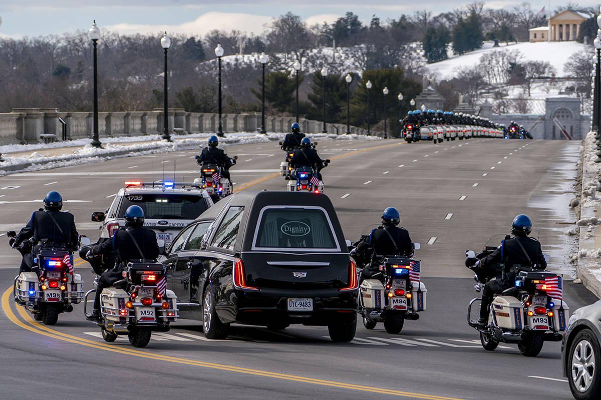 ARCHIVO - En esta foto de archivo del 3 de febrero de 2021, un coche fúnebre que transporta lo ...