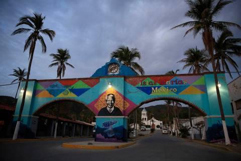 ARCHIVO - En esta fotografía de archivo del 17 de marzo de 2019, un mural de Nelson Mandela, q ...