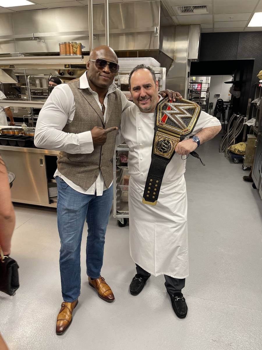 El campeón de la WWE Barry Ashley (izquierda) aparece con el chef Barry Dakake en Barry's Down ...