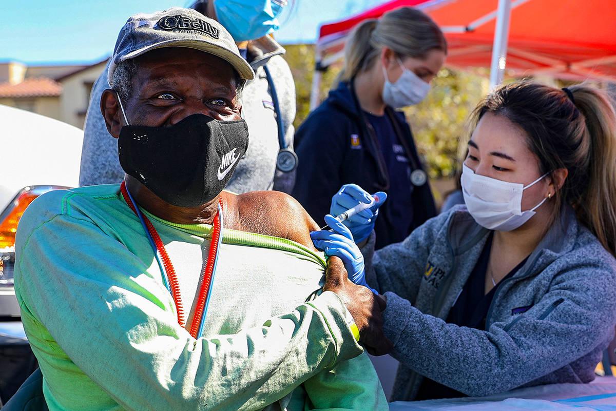 Debbie Min, a la derecha, estudiante de medicina de la Universidad Touro, administra una vacuna ...