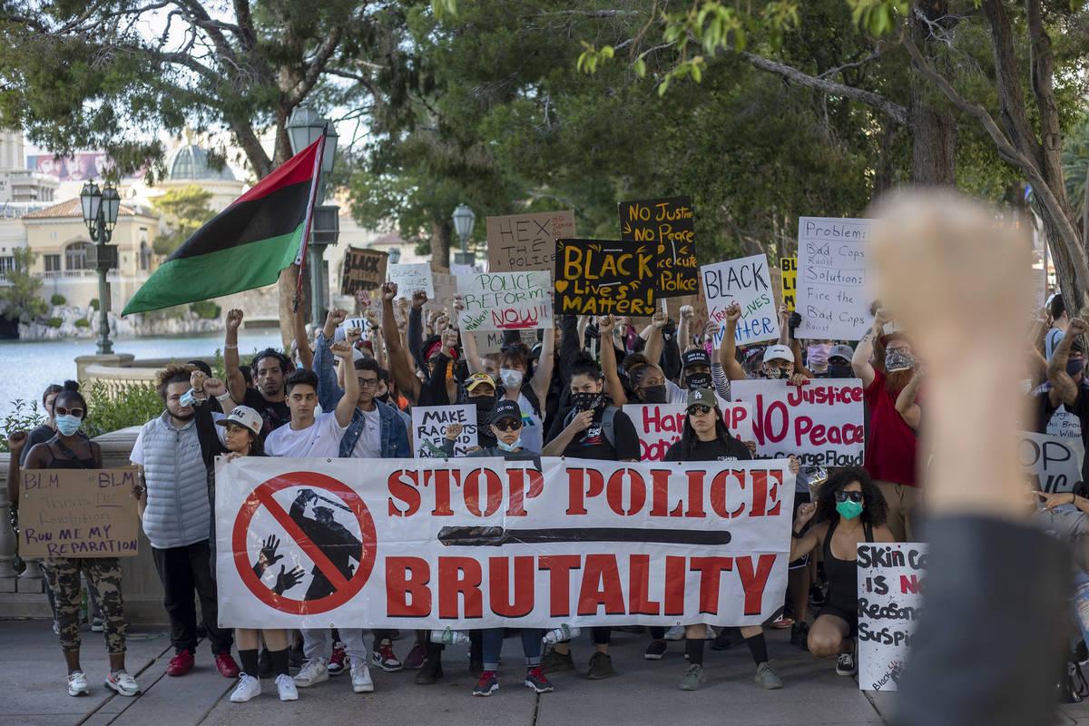 Una protesta contra la brutalidad policial inicia su recorrido desde Bellagio hasta el letrero ...