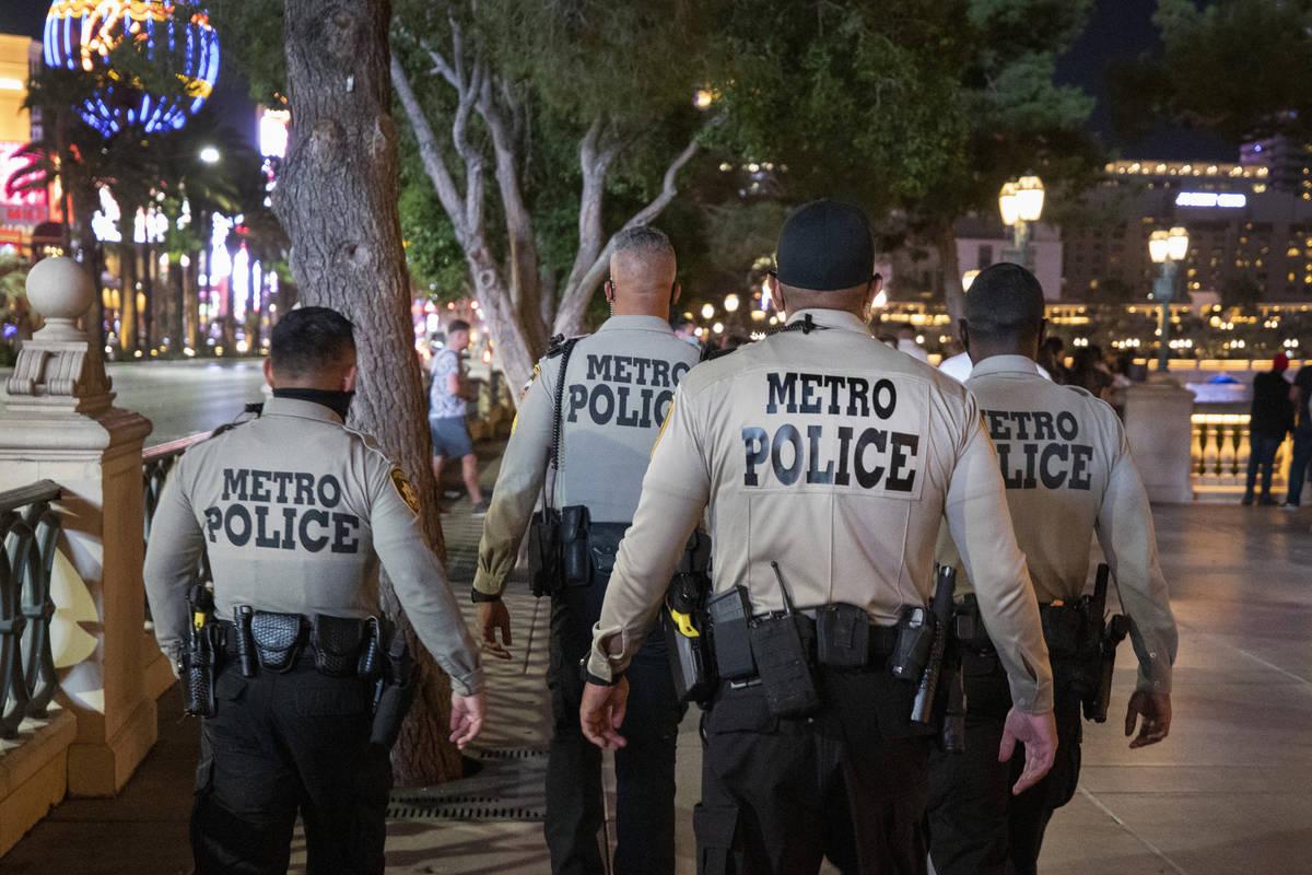La Policía Metropolitana de Las Vegas es vista patrullando cerca del hotel Bellagio y las fuen ...