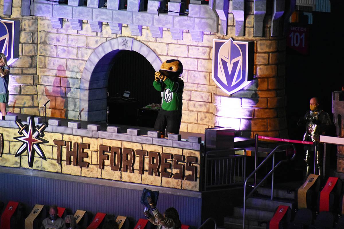"""La mascota de los Golden Knights, Chance, porta un jersey color verde para conmemorar el """"Día ..."""