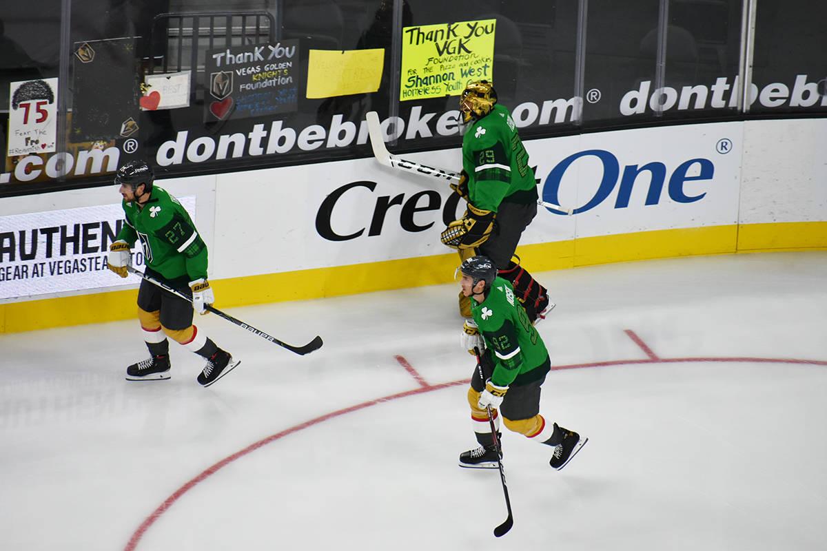 Los jugadores de Vegas Golden Knights realizan ejercicios de calentamiento con un jersey color ...