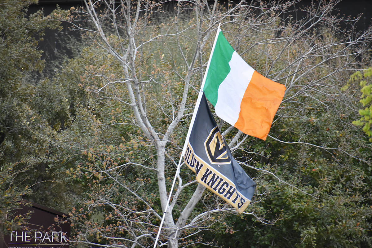 """En el """"Día de San Patricio"""", las banderas de Irlanda y de Vegas Golden Knights ondean en la To ..."""