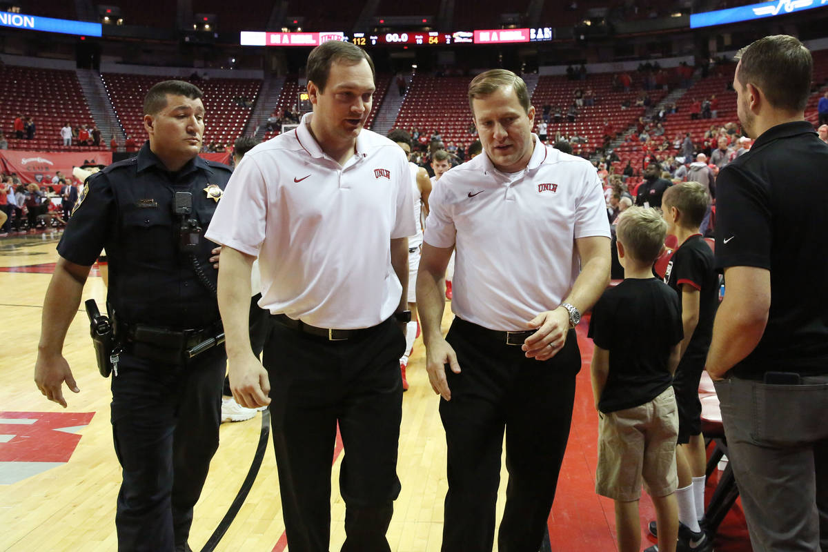 El entrenador en jefe de la UNLV, T.J. Otzelberger, a la derecha, y el entrenador asistente Kev ...