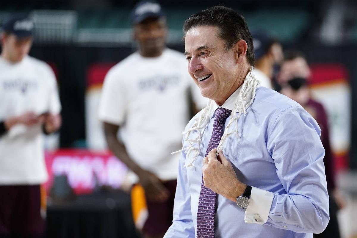 El entrenador de Iona, Rick Pitino, celebra después de que Iona ganara un partido de baloncest ...