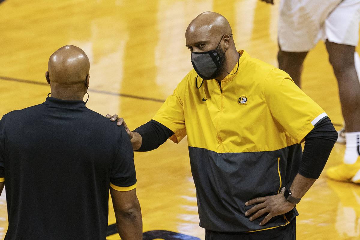 El entrenador de Misuri, Cuonzo Martin, a la derecha, se tranquiliza después de una llamada de ...