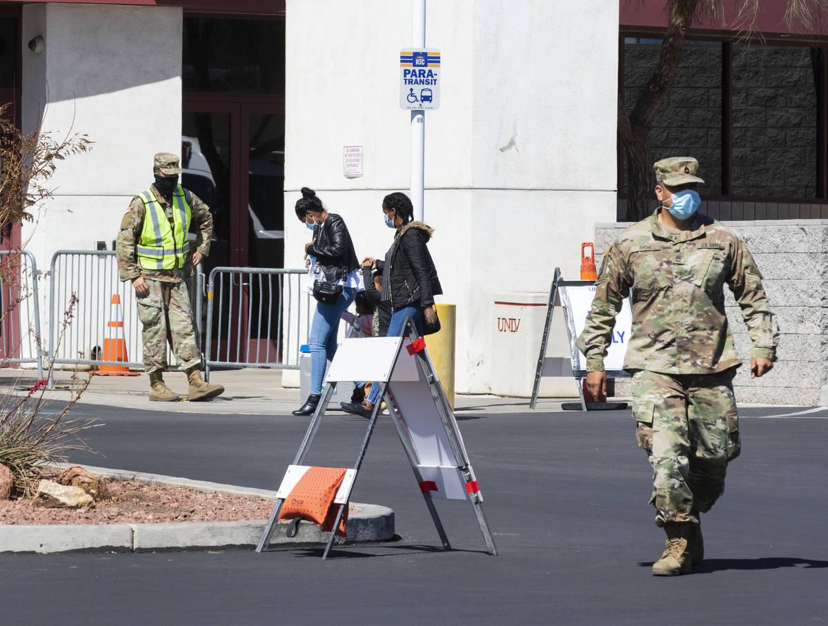 Gente llega a hacerse la prueba de COVID-19 en el Stan Fulton Building el miércoles, 17 de mar ...