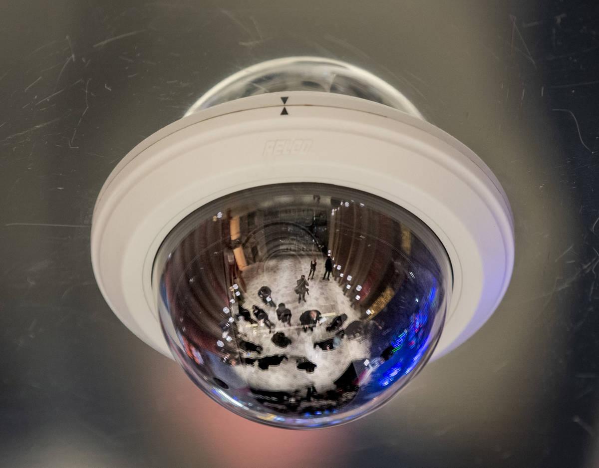 """Huéspedes reflejados en una cámara de seguridad escuchan mientras Richard """"Boz"""" Bosworth, pre ..."""