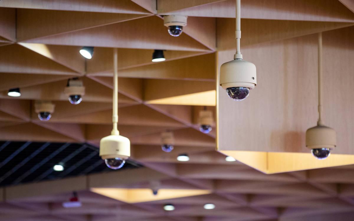Una variedad de cámaras de seguridad se encuentran sobre la zona principal de juego dentro del ...