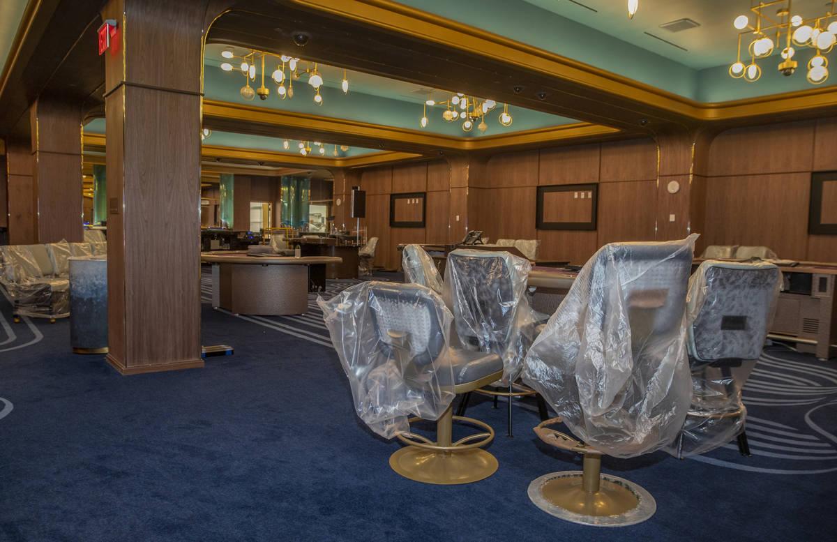 Las máquinas tragamonedas y los muebles aún deben prepararse dentro del complejo con casino r ...